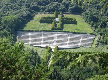 1280px-Monte_Cassino_-_the_Polish_War_Cemetery_-_closer
