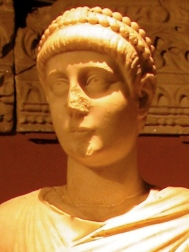 Statue_of_emperor_Valentinian_II_detail